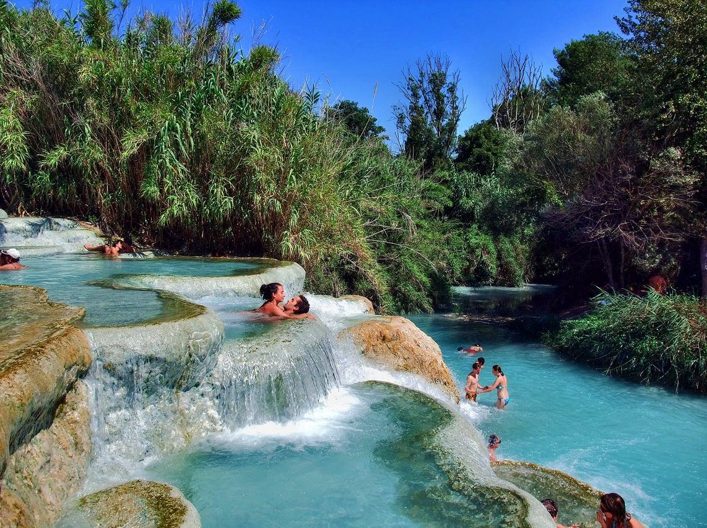 Connu Les sulfureuses cascades d'eau du moulin dans les thermes de Toscane CV85