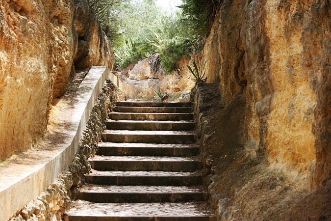 escalier de granit sur la plus belle plage du portugal