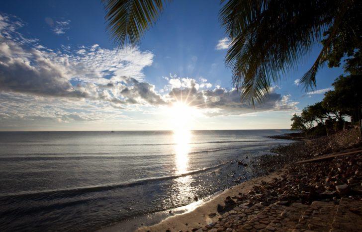 Soleil se couchant sur la mer de Jericoacoara