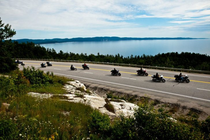 Bikers sur la Transcanadienne, en bord du Lac Supérieur