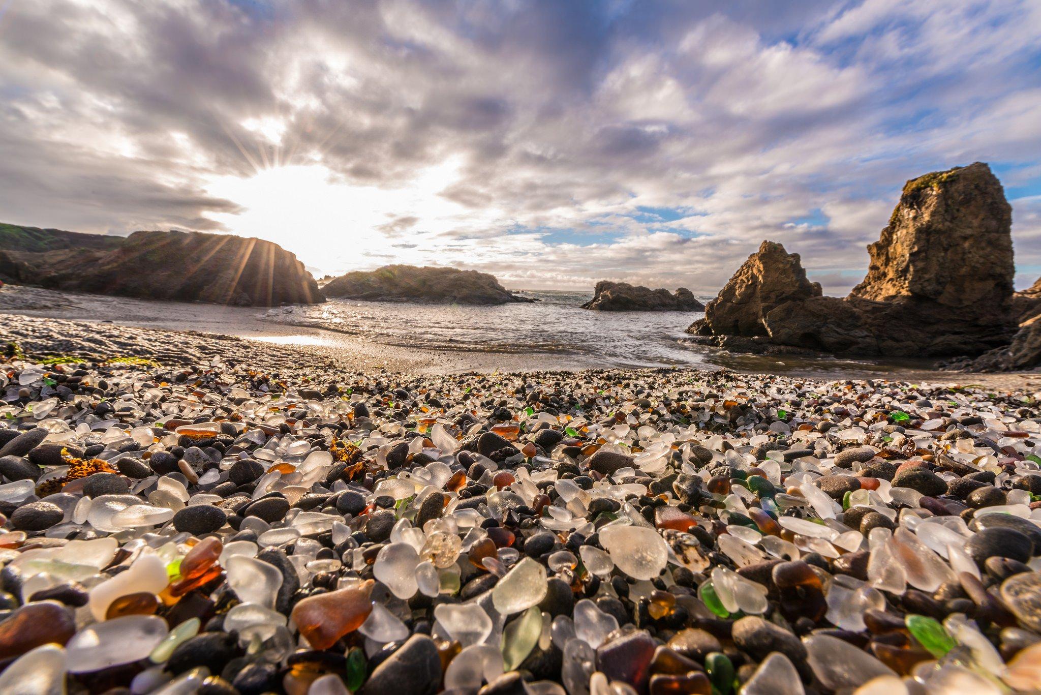 Glass beach, l\'étrange plage de verre aux galets multicolores ...