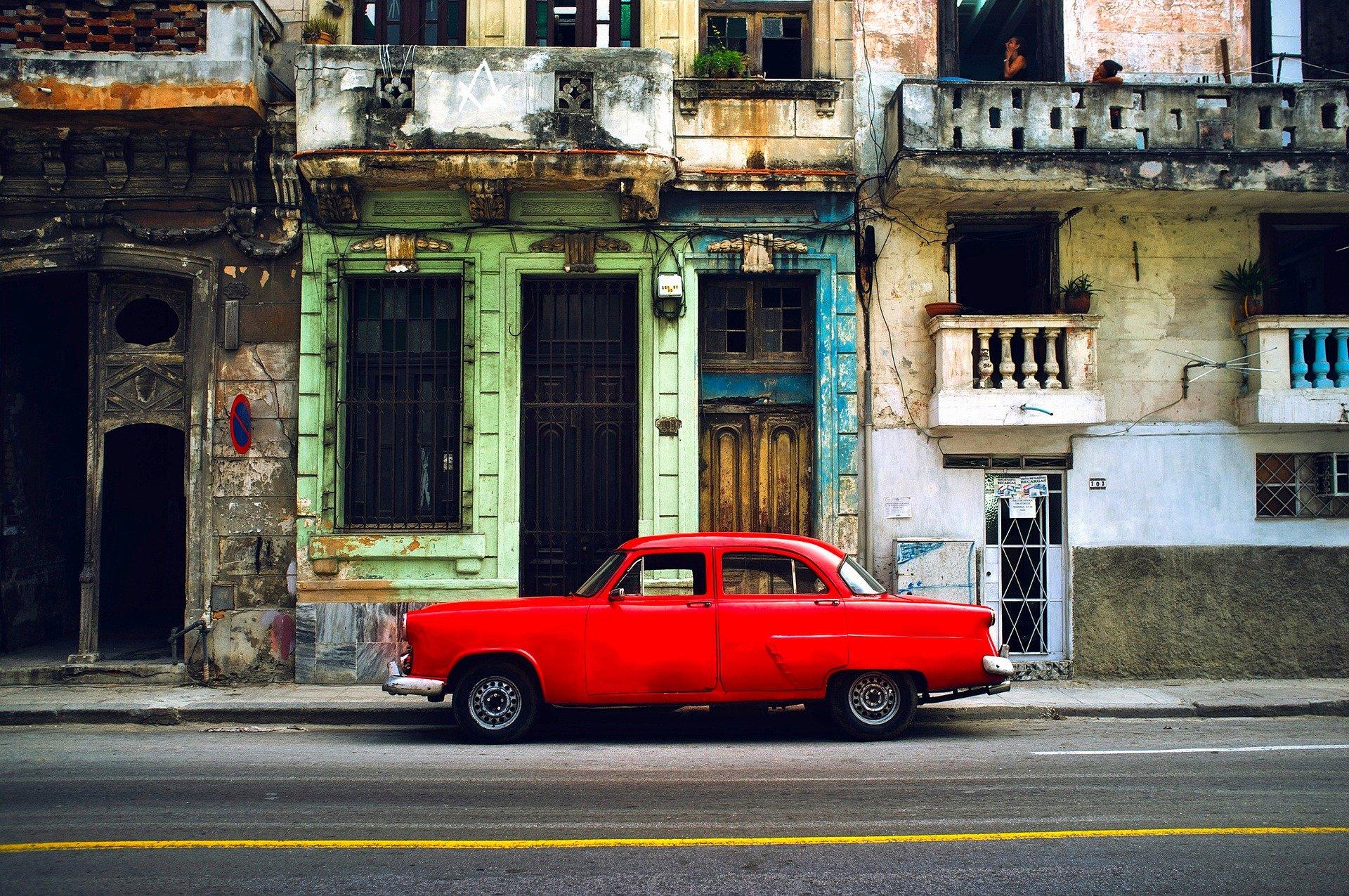 La Havane, immeuble et voiture rouge