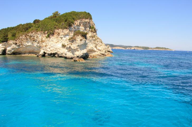 Plonger au pied des falaises à Corfou