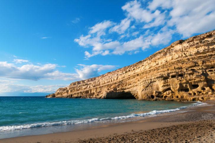 La plage de Matala en Grèce