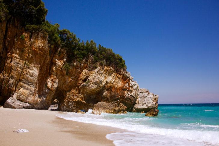 La plage de Mylopotamos en Grèce