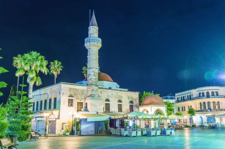 La ville de Kos la nuit