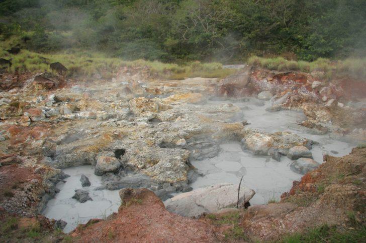 Bain de boue bouillonnant dans le parque Rincon de la Vieja au Costa Rica