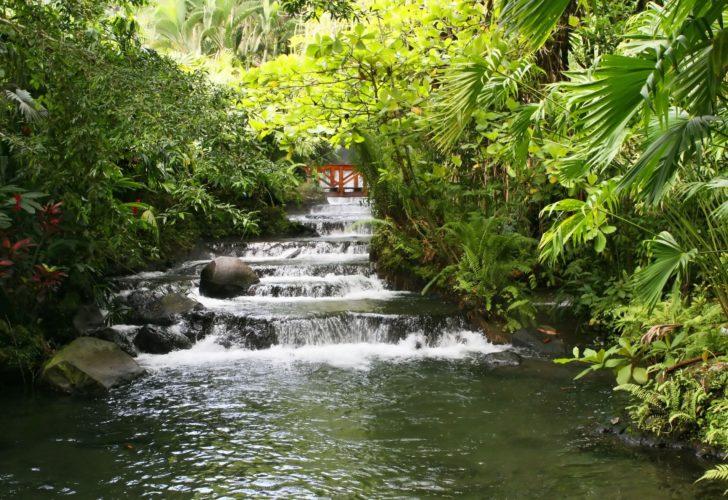 Les sources d'eau chaude au pied du volcan Arenal au Costa Rica
