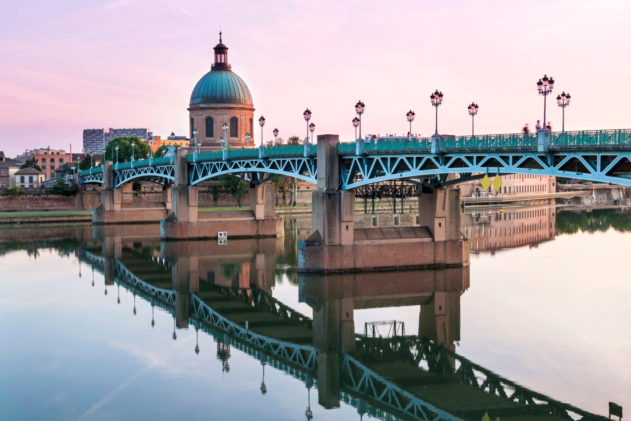 Le pont Saint-Pierre le long de la Garonne à Toulouse