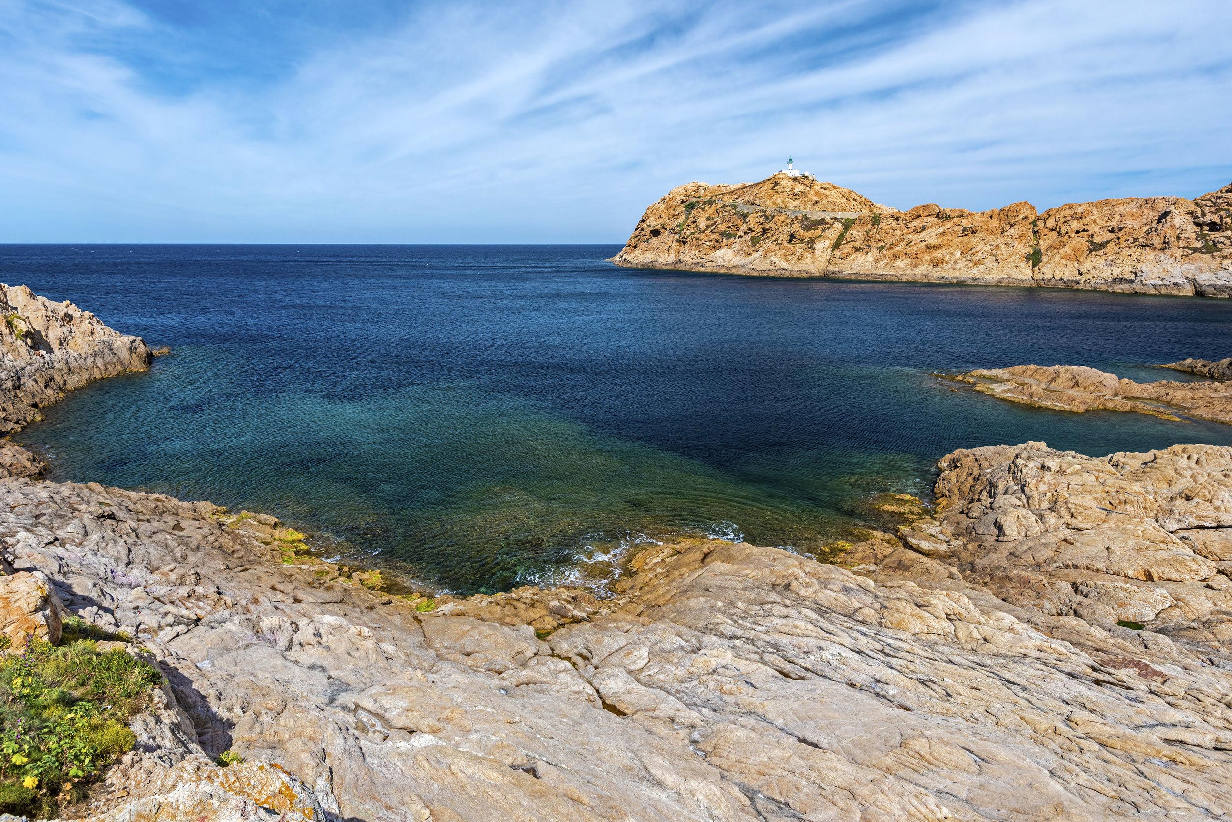 Paysage côtier vu de Pietra, Ile-Rousse en Corse, avec son phare à droite